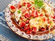 Рецепта Бъркани пържени яйца с червени чушки, сирене и лук